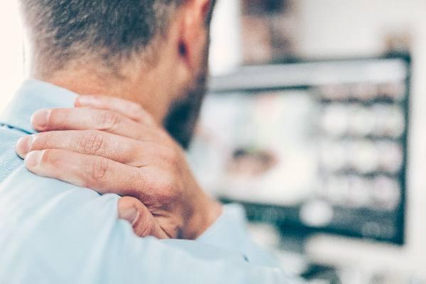 Personne ayant des douleurs musculaires liées au travail sur écran